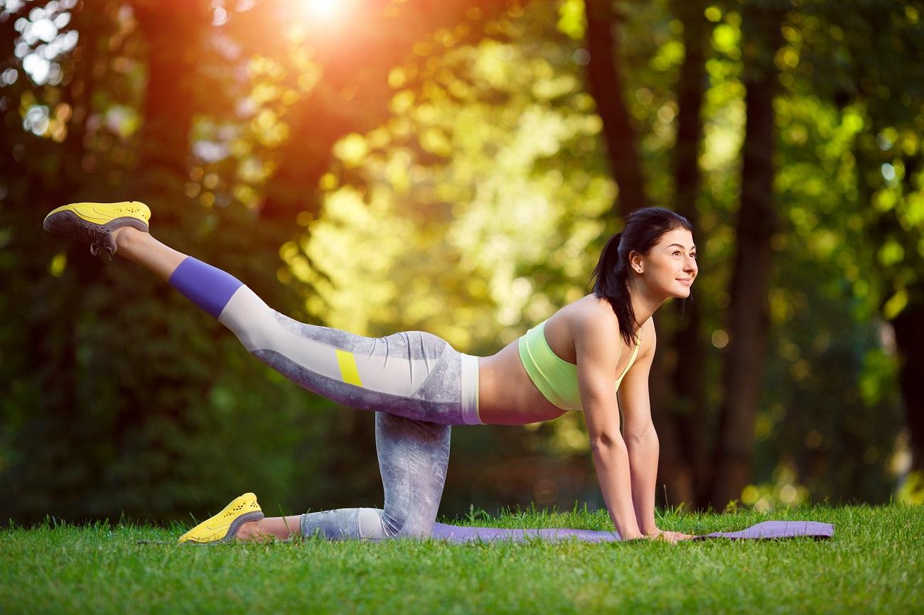 Kobieta wykonująca ćwiczenia odchudzające
